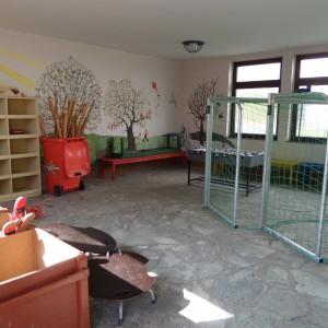 Unsere Pausenhalle mit Spielgeräten zum Ausleihen
